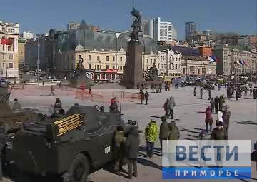 符拉迪沃斯托克市居民庆祝祖国保卫者日