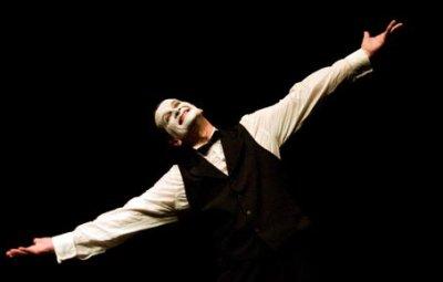 """法国""""悲伤的小丑""""LORAN•DECOL来符拉迪沃斯托克市举行表演"""