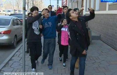 美国学生们和老师来符拉迪沃斯托克市