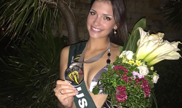 """符拉迪沃斯托克的19岁大学生获得了 """"地球小姐""""泳装比赛的第二名"""