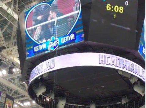 在符拉迪沃斯托克费迪索夫竞技场一名冰球迷向自己的女朋友求了婚