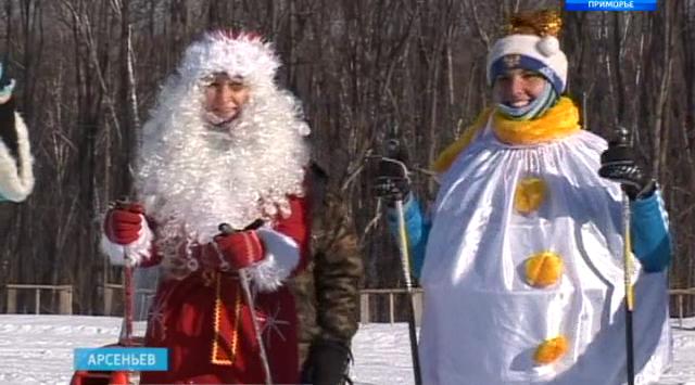 俄罗斯滨海边疆区阿尔谢尼耶夫市的人们穿着狂欢节的衣服去滑雪(有视频!!)
