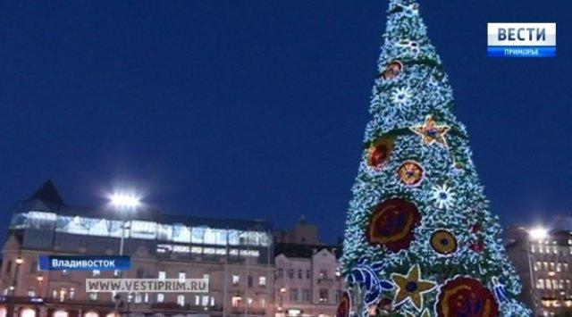 在符拉迪沃斯托克市市中心广场放一棵新年松树