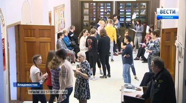 俄罗斯高中生参加外语考试